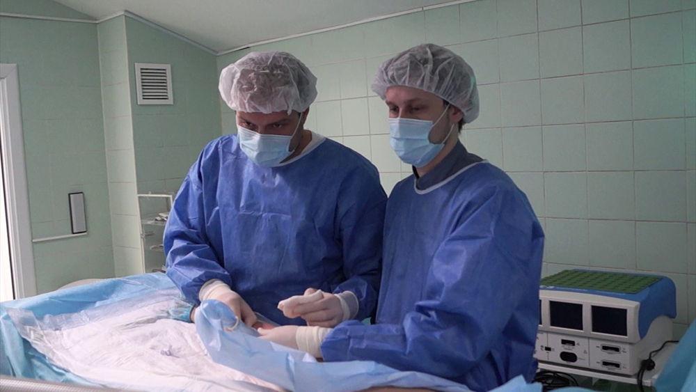 Врач флеболог в операционной