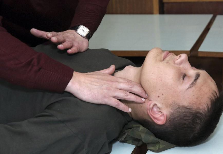 Выявление на сонной артерии пульса