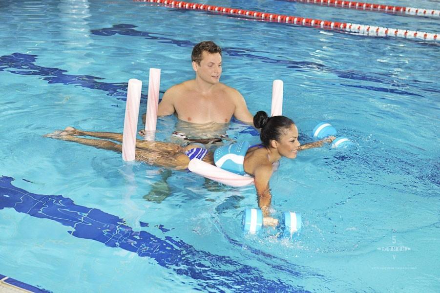 Занятия плаванием в бассейне
