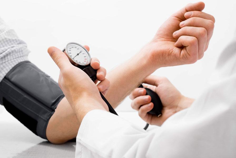 Измерение пульса в кабинете врача