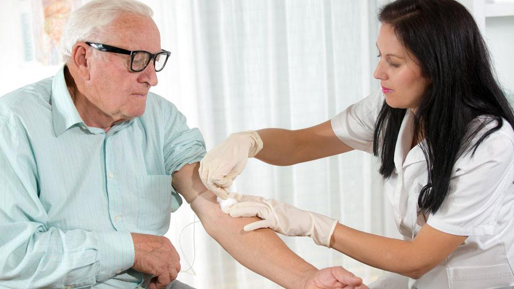 Человек сдает кровь на анализ