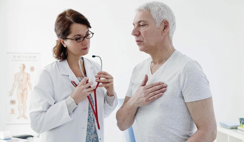 Врач-кардиолог осмотр пациента